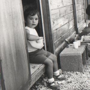 ALESSIA ALACEVICH - Di certo la sveglia delle 4:15 non è stata una bella esperienza, molto meglio rimanere comodamente rannicchiata per altre 8 o 9 ore dentro quel mondo fantastico ed al risveglio trovare un bel lattuccio caldo e nutriente. Correva il novembre del 1972 e la sveglia da quel momento sarà sempre una maledizione, a parte per vedere l'alba e fissare nel cuore i colori. Perché poi di colori si è trattato, e le bombolette spray hanno un raggio molto più ampio dei pennelli, ma se non le usi non lo sai. Così il primo tentativo di stencil sulla 126, giornali forbici bombolette gialle blu rosse e… 7 mascherine stile Keith Haring. 126 bianca con 7 fantastiche sagome Haring ed alone colorato stile Padre Pio. Sicuramente sarebbe ancora in giro per la città se non fosse finita nel fosso della Cassia Bis. Meglio il mouse, non lascia aloni, non accelera e soprattutto ci puoi ripensare!